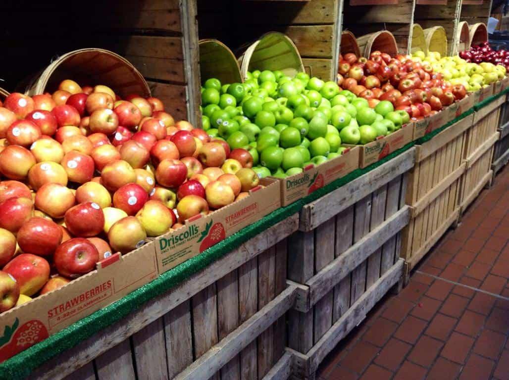 תפוחי עץ בשוק.
