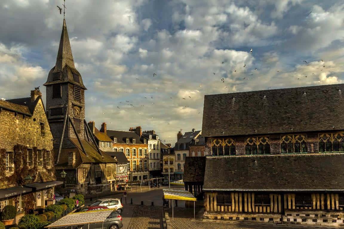 העיירה הונפלר וכנסיית קתרינה הקדושה.