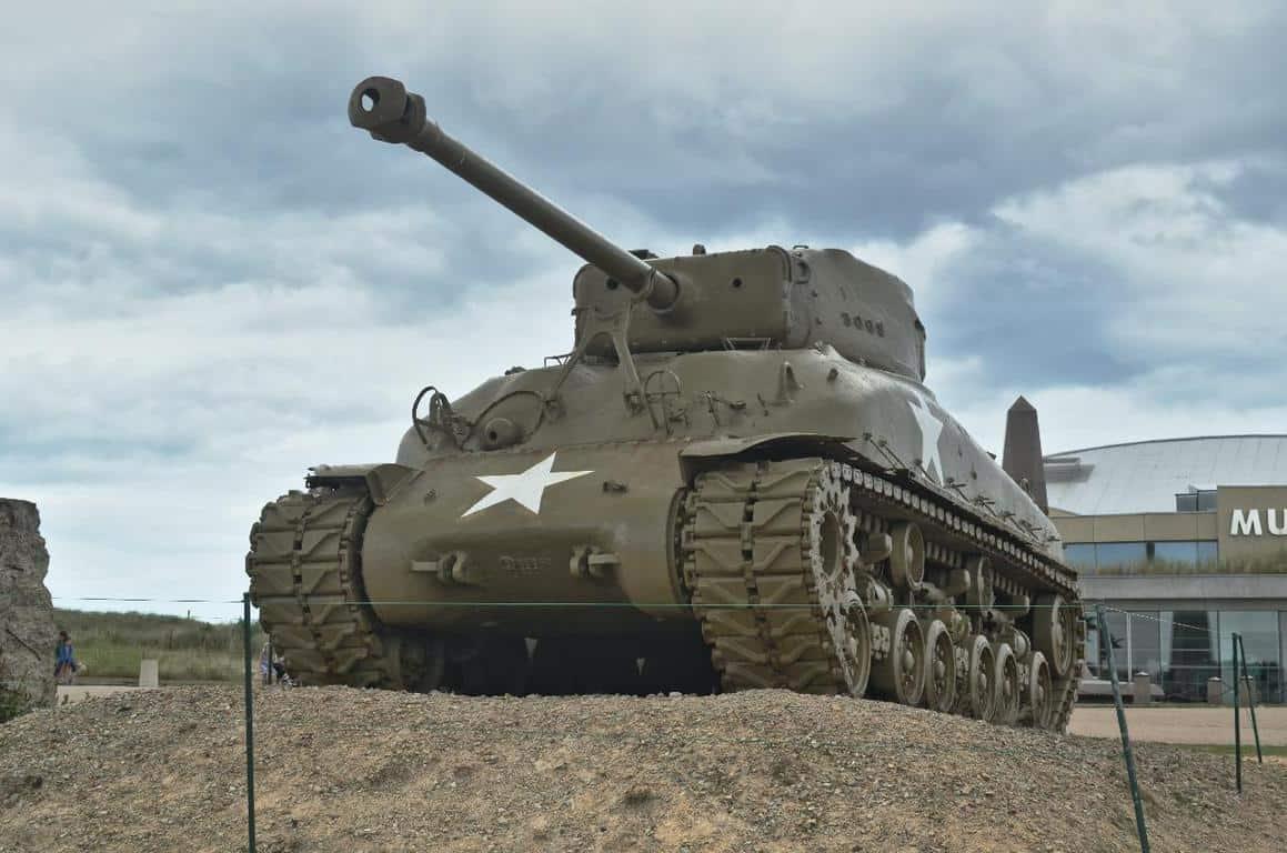 """הטנק מחוץ למוזיאון בחוף """"יוטה""""."""