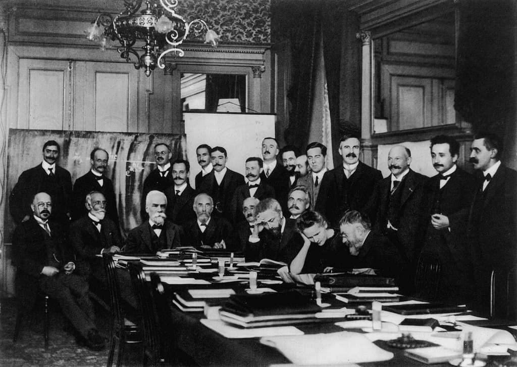 כנס סוֹלְוֵוההראשון: מארי קירי, יושבת, שנייה מימין, פול לנז'בן עומד, ראשון מימין, ליד אלברט אינשטיין. מקור תמונה: ויקיפדיה