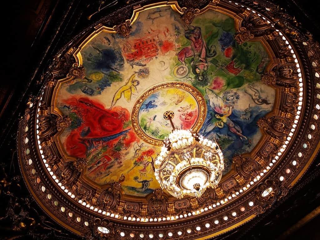 הנברשת המפורסמת של האופרה והתקרה אותה צייר מארק שגאל. צילום: צבי חזנוב