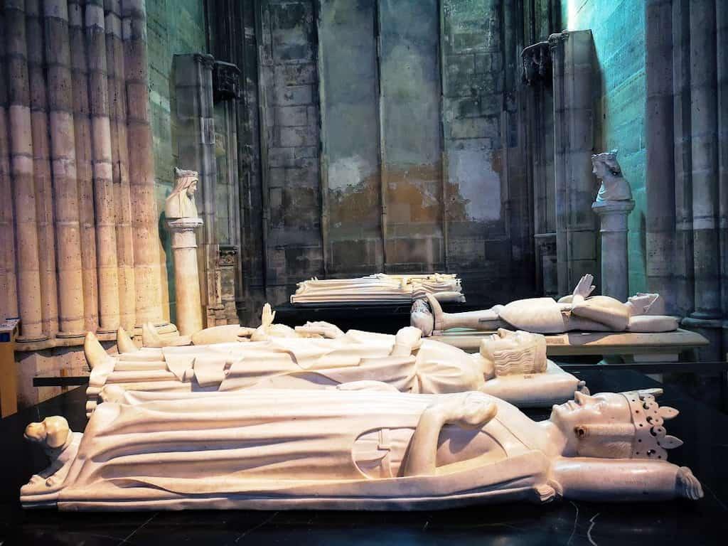 כמה מהמצבות שהקודשו למלכים מימי הביניים. צילם: צבי חזנוב.