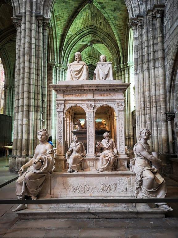 קברם של אן מברטאן ולואי ה-12 בקתדרלת סן דני. צילום: צבי חזנוב