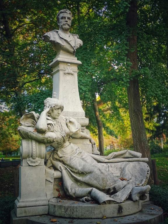 פסלו של גי דה מופסאן בפארק מונסו. צילם: צבי חזנוב