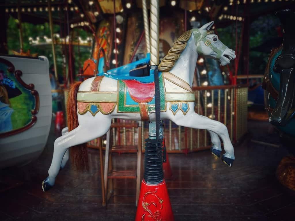 אחד הסוסים בקרוסלה המיתולוגית של פארק מונסו. צילם: צבי חזנוב