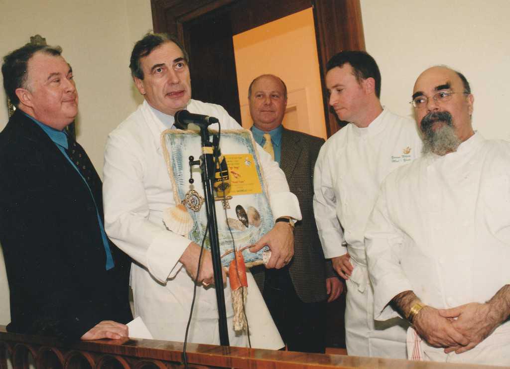 דצמבר 1999, בית השגריר הצרפתי. מארק מנו מעניק את שלט מסעדת השנה ליורם ניצן, מול ים. עוד בתמונה ישראל אהרוני ושלום מחרובסקי