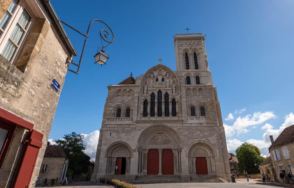 הבזיליקה של Vezelay, אשר נמצאת לא רחוק מהכפר Saint-Père בו שוכנים המלון והמסעדה של מארק מנו.