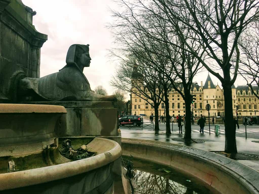הספינקס של המזרקה בכיכר השאטלה צופה אל הקונסיירז'רי. צילם: צבי חזנוב.