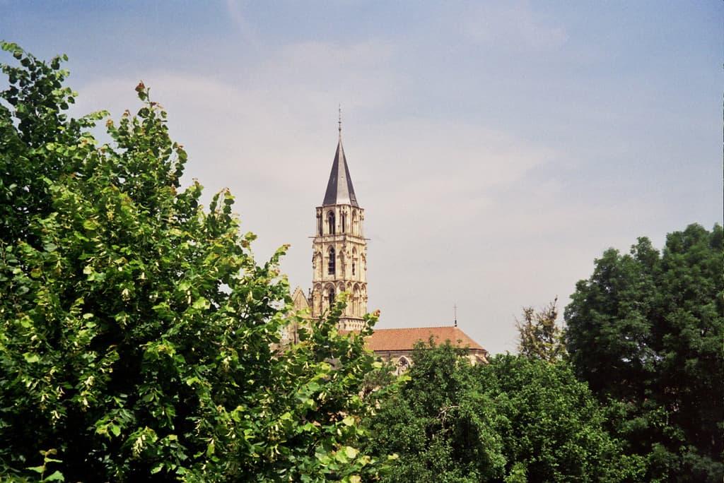 צריח כנסיית נוטרדאם בכפר Saint-Père