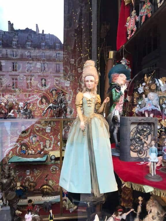 בובה של מארי אנטואנט בחנות Drapeux de France. צילם: לירן הוטמכר.
