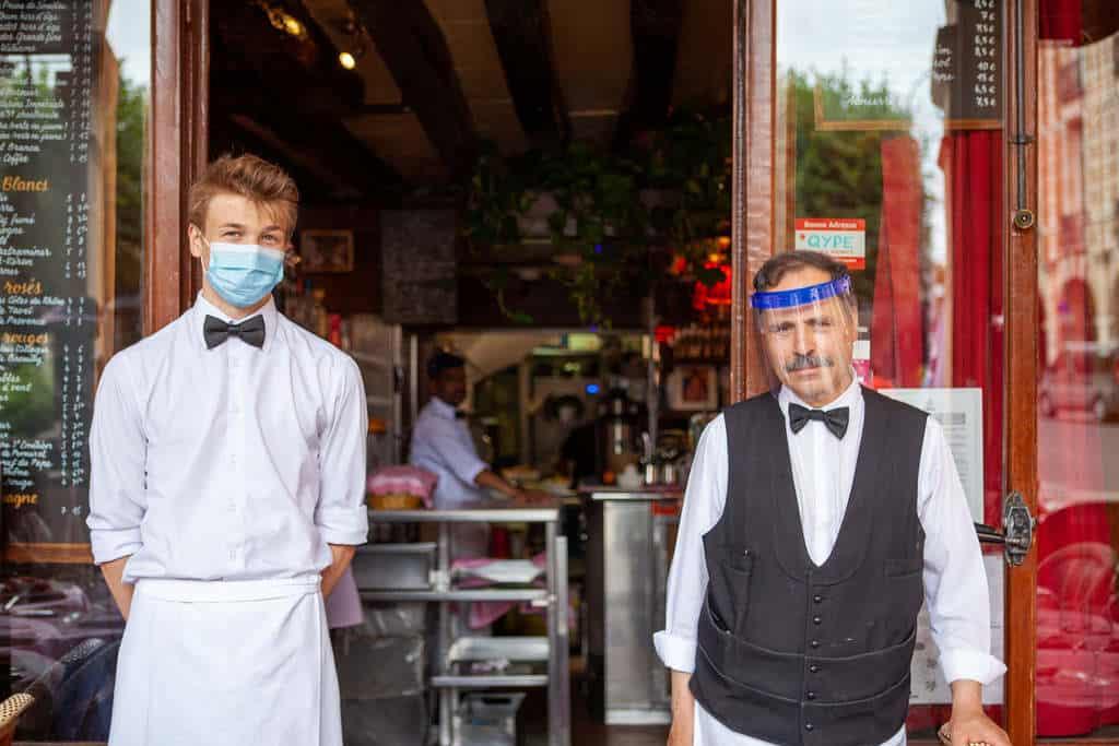 שני מלצרים בפריז. צילם לירן הוטמכר