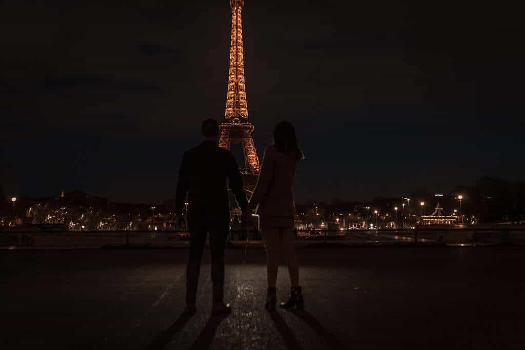 זוג מחזיק ידיים מול מגדל אייפל. צילם: לירן הוטמכר