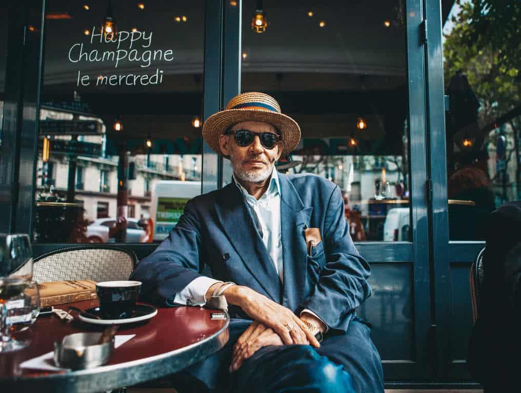 איש שותה קפה בשדרות סן ז'רמן. צילם: לירן הוטמכר