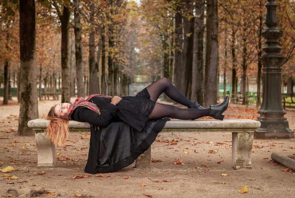 אישה על ספסל בגני הטווילרי בסתיו. צילם: לירן הוטמכר.