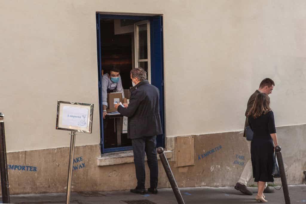 טייק אווי מחלון אחת ממסעדות פריז. צילם: לירן הוטמכר