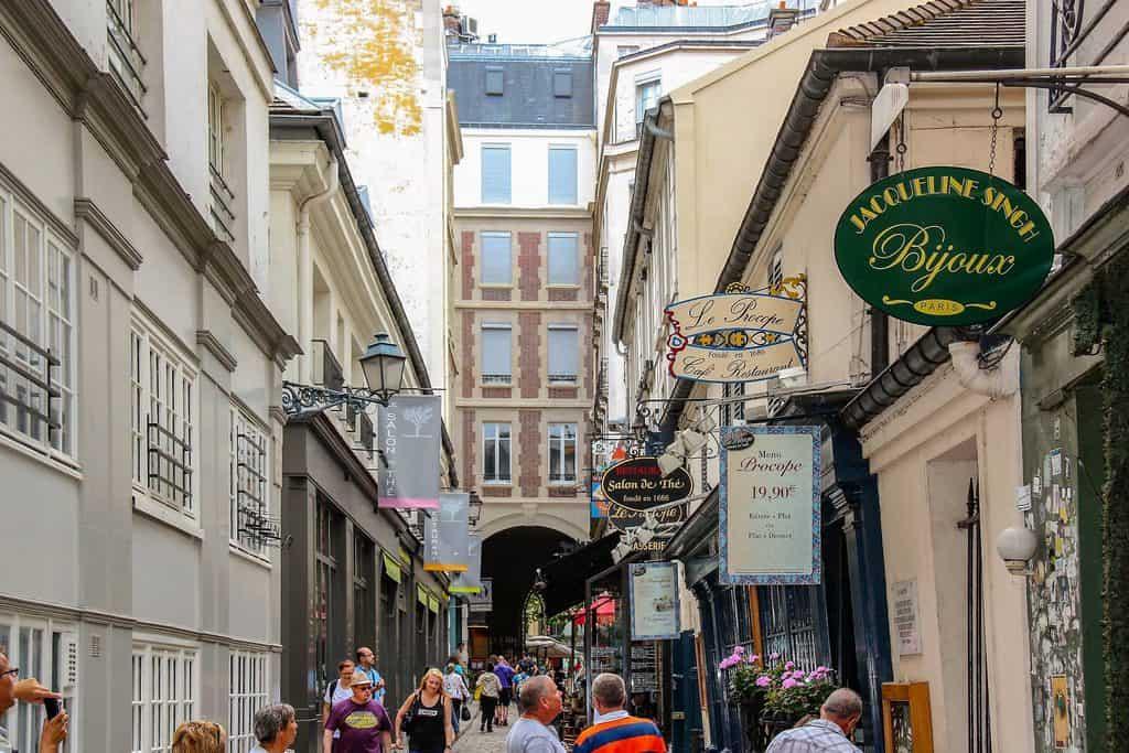 קפה לה פרוקופ (צולם מתוך Cour Saint Andre). צילם: יואל תמנליס