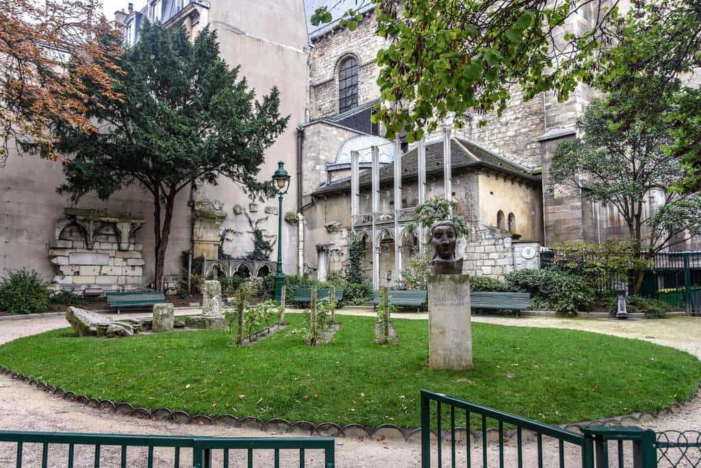 פסלו של גיום אפולינר ב Square Laurent Prache ליד כנסיית סן ז'רמן דה פרה. צילם: יואל תמנליס