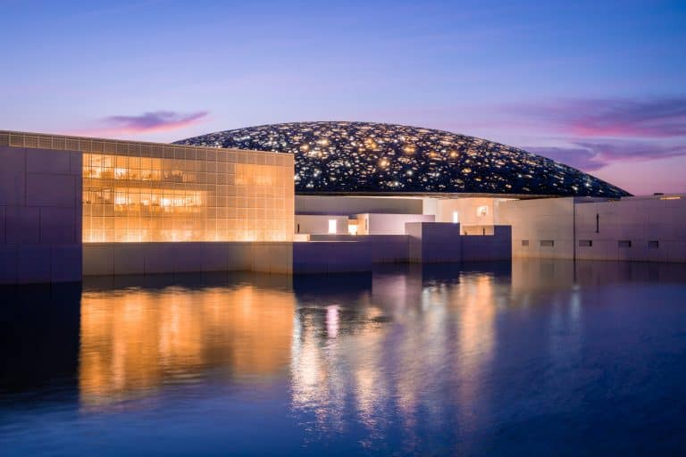 הלובר שקם מן החולות – מסע כורסא אל מוזיאון אבו דאבי מאת כנרת זוהר-להב