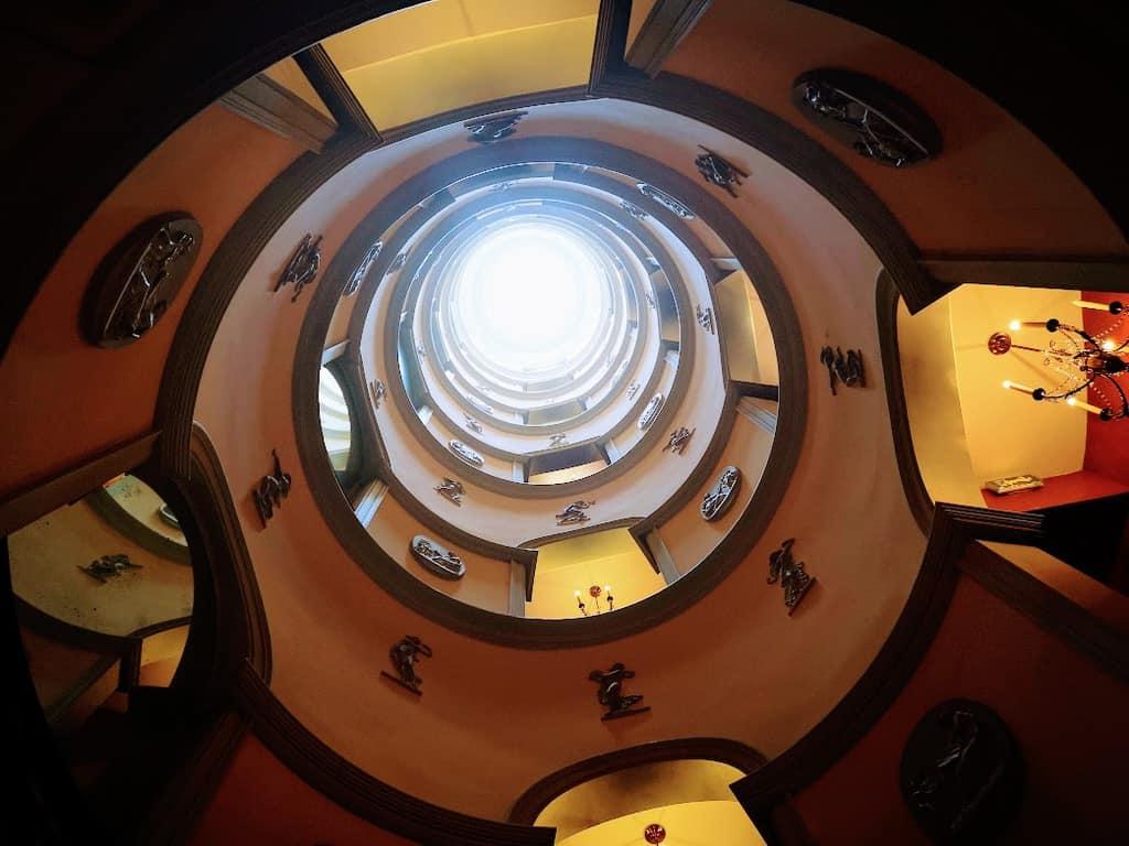 גרם המדרגות במלון L'Hôtel. צילם: צבי חזנוב