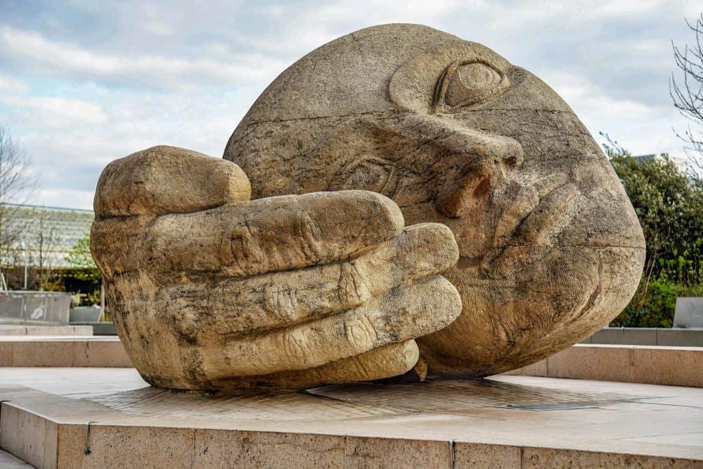 פסל ההקשבה ליד כנסיית סנט אוסטאש. צילם: יואל תמנליס
