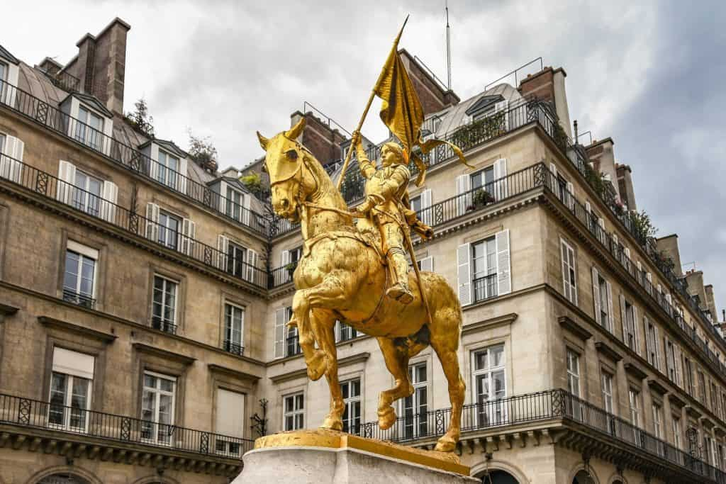 פסלה של ז'אן דארק ברחוב ריבולי. צילם: יואל תמנליס