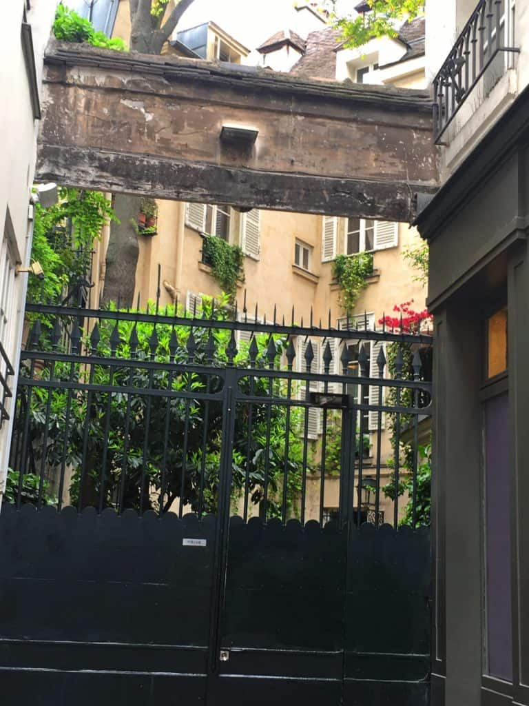 שער הכניסה מכיוון הקור דה קומרס. צילמה: רותי שמעוני