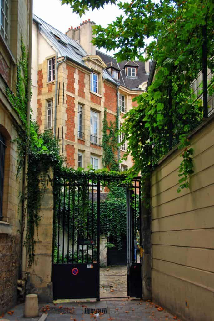 הכניסה לקור דה רואהן מרחוב Jardinet. צילמה: רותי שמעוני