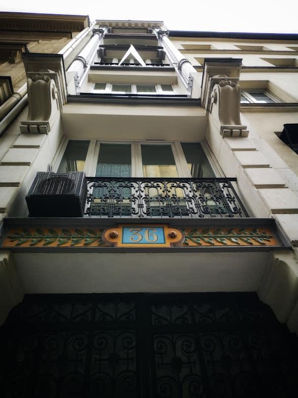 הכניסה לבית הבושת של מדאם בטי. שימו לב למספר הרחוב הבולט שמציין שכאן עמד בית בושת