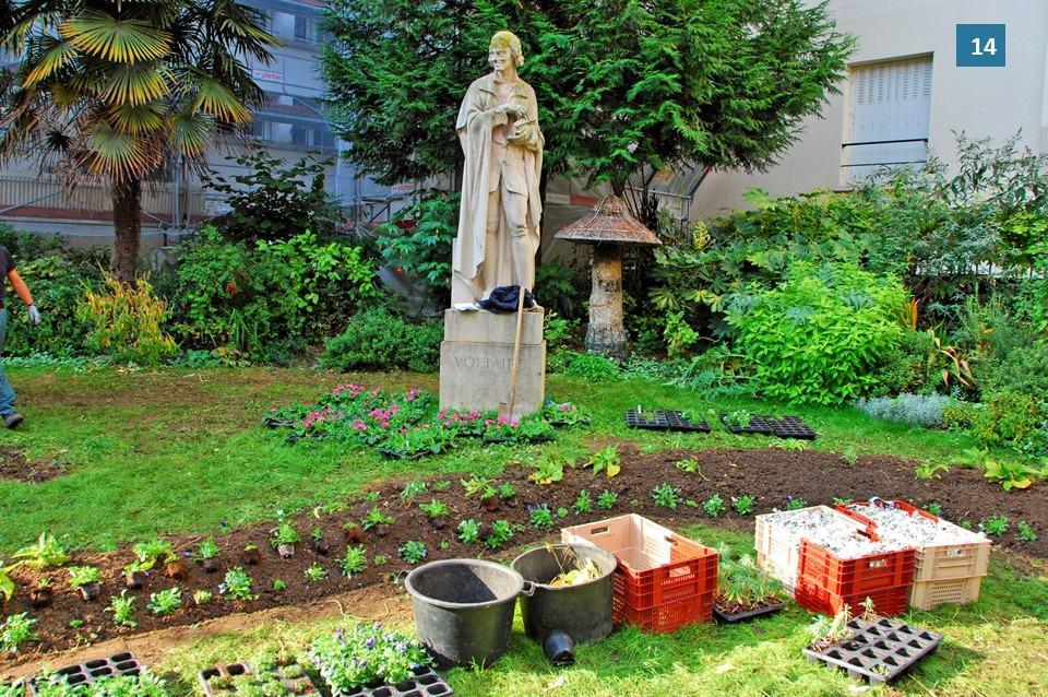 פסלו של וולטר בגן אונורה שמפיון. צילום: רותי שמעוני