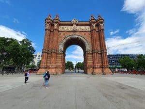כאן זה לא צרפת: שער הניצחון של ברצלונה מאת רנטה ביסמוט