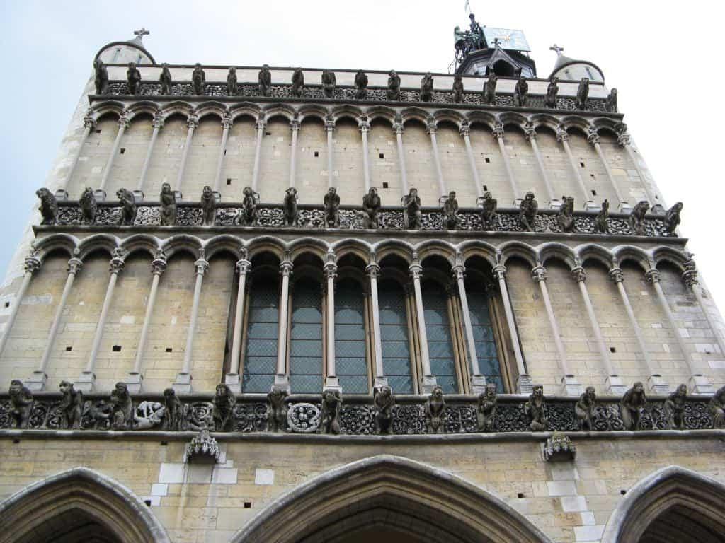 כנסיית נוטרדאם דה דיז'ון - פנינה ימי ביניימית מאת קלר באלאס