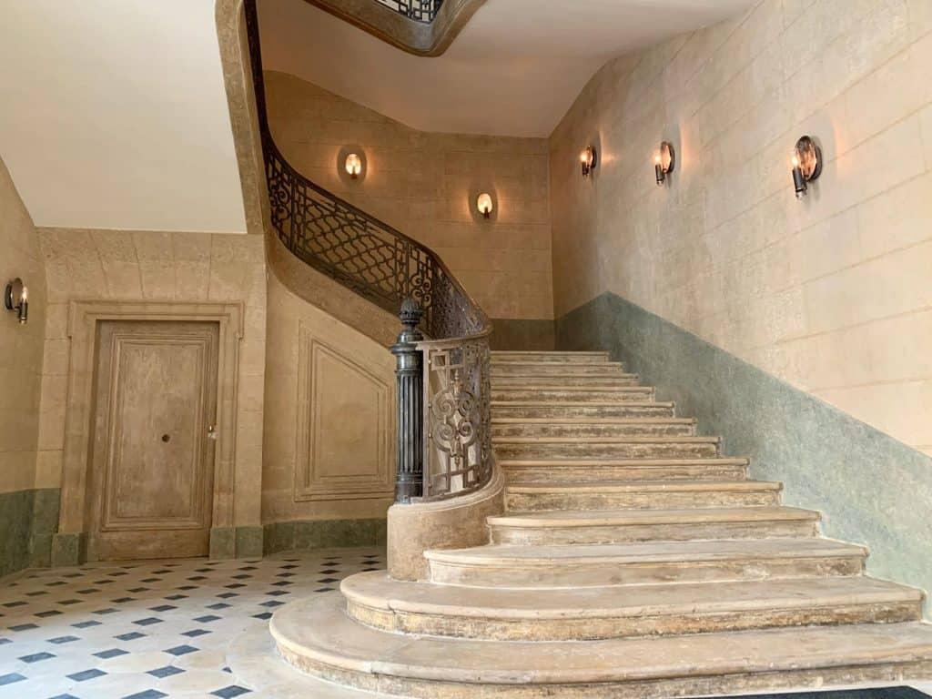 גרם המדרגות שמוביל לדירותיו של ויל דבריי. צילום: רונן סאס