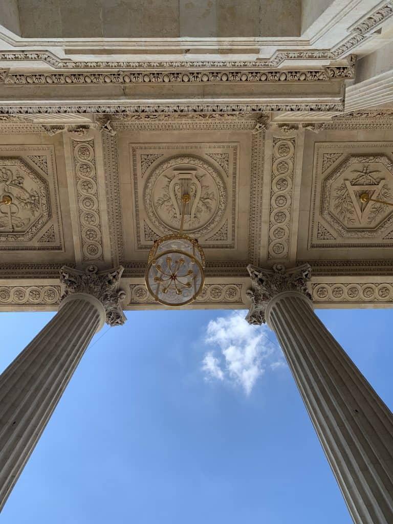 אחד הפנסים של חזית האוטל דה לה מרין. צילום: רונן סאס