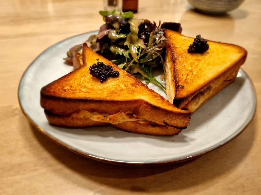 טוסט פורל וקוויאר שחור במסעדת ASTARA. צילם: צבי חזנוב