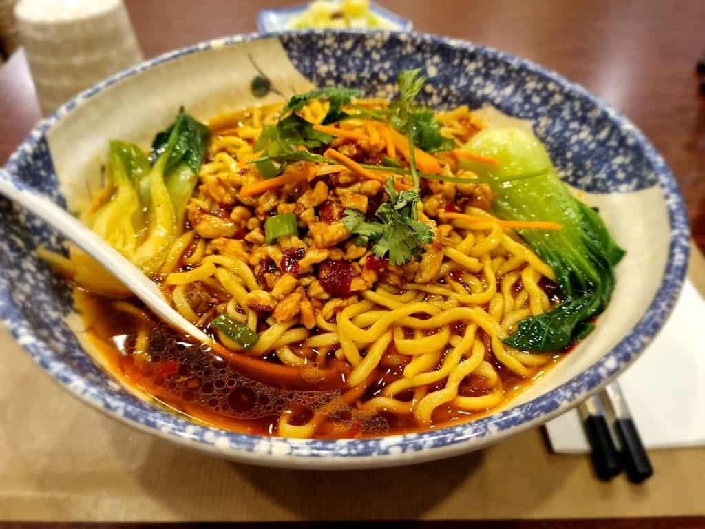 מרק איטריות ובשר טחון ב Yummy Noodles. צילם: צבי חזנוב