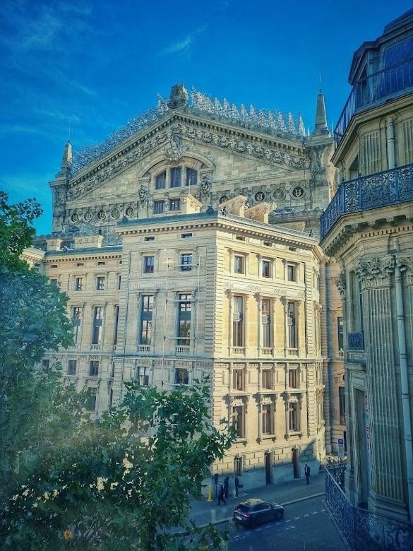בניין האופרה אותו ניתן לראות מהחלון של גאלרי לאפייט גורמה. צילם: צבי חזנוב