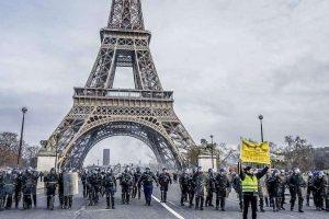 האפודים הצהובים: סכנת האלימות השבועית בצרפת מאת ד