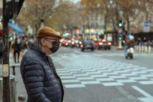 קורונה בצרפת. איש עם מסיכה ברחובות פריז. צילם: לירן הוטמכר