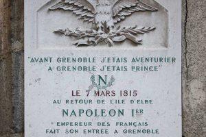 השלט שמציין את כניסת נפוליאון לגרנובל עם המשפט המפורסם