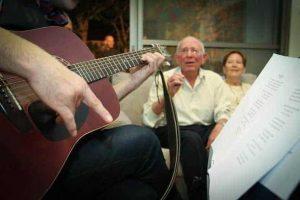 נעם שר ומנגן לכבודו של סבק - צילום חן ליאופולד